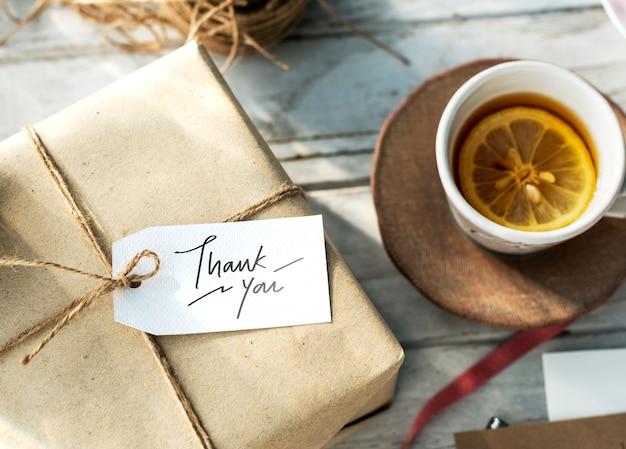 Merci tag sur une boîte cadeau Photo gratuit
