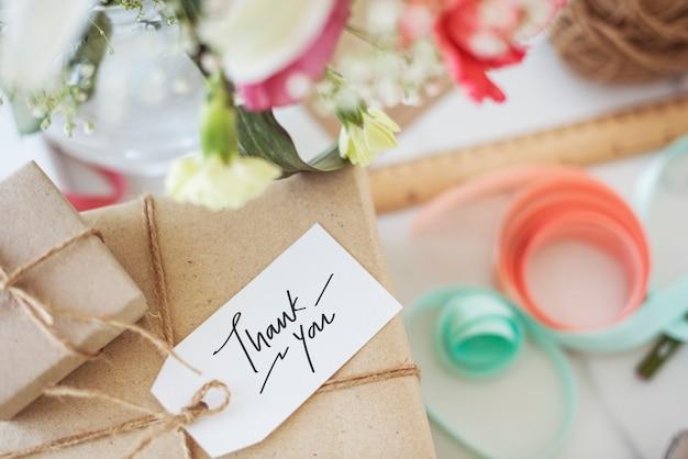Merci tag sur une boîte cadeau Photo Premium
