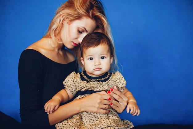 Mère aimante avec sa fille Photo gratuit