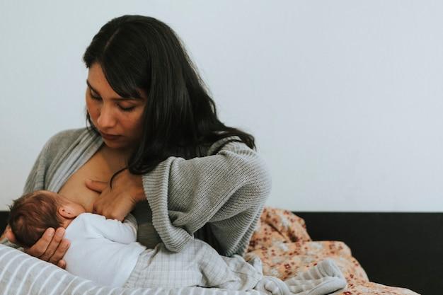 Mère allaite son bébé Photo Premium