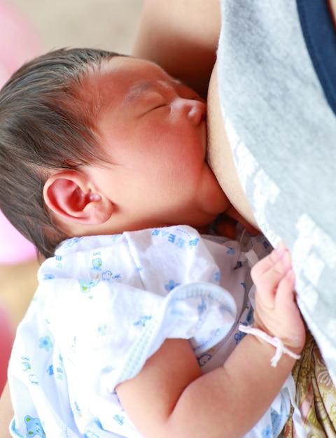 Mère allaiter son nouveau-né. Photo Premium