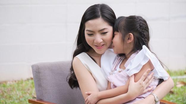 Mère asiatique et sa fille sont assis taquiner Photo Premium