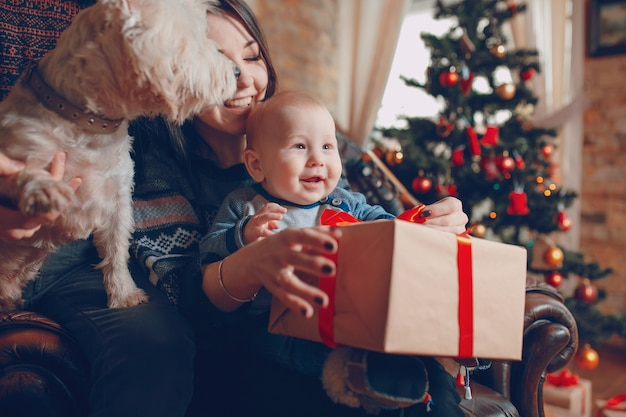 Mère Avec Un Bébé Dans Ses Bras Et Ce Avec Un Cadeau Photo gratuit
