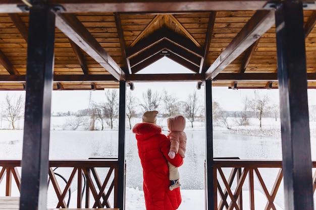Mère avec bébé marche chalet pittoresque Photo Premium