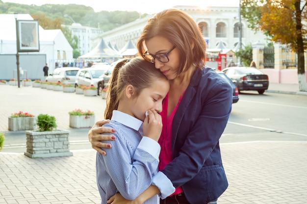 Mère consolant sa fille qui pleure Photo Premium