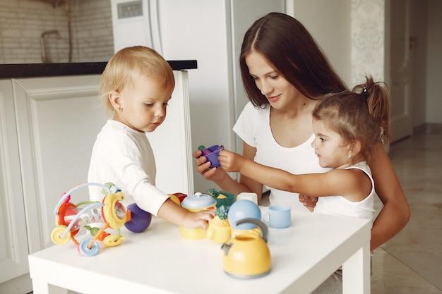Mère avec deux enfants jouant dans une salle de bain Photo gratuit