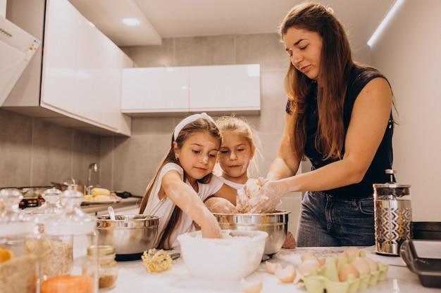 Mère avec deux filles à la cuisine Photo gratuit