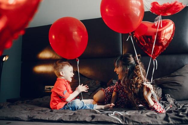 Mère élégante avec petit fils dans un lit Photo gratuit