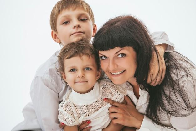 Mère Embrassant Ses Deux Enfants Photo Premium