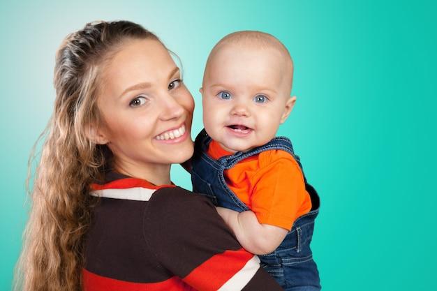Mère embrasse un jeune enfant Photo Premium