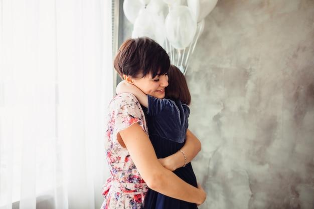 La mère embrasse sa fille dans la chambre Photo gratuit
