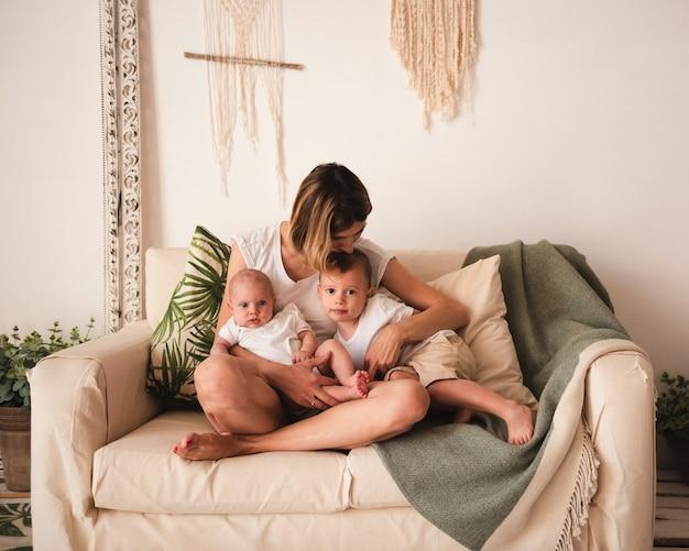 Mère, embrasser, enfants, vue frontale Photo gratuit