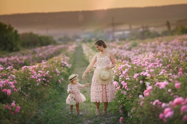 Mère Avec Enfant Dans Un Champ Naturel Avec Des Roses Sauvages Photo Premium