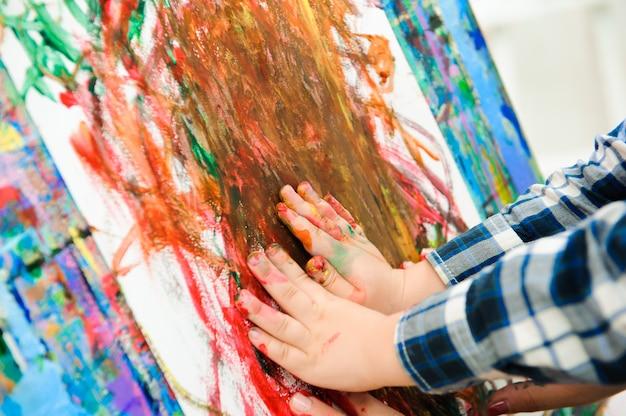 Mère et enfant dessinent une peinture, une leçon d'art Photo Premium
