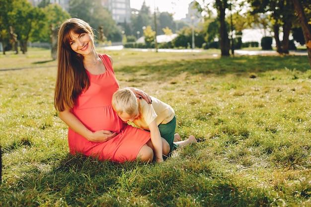 Mère avec enfant jouant dans un parc d'été Photo gratuit