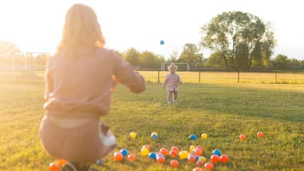 Mère Enfant, Jouer, à, Balles Plastique, Long Coup Photo gratuit