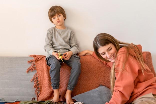 Mère Et Enfant à La Maison Préparant Le Voyage Photo gratuit