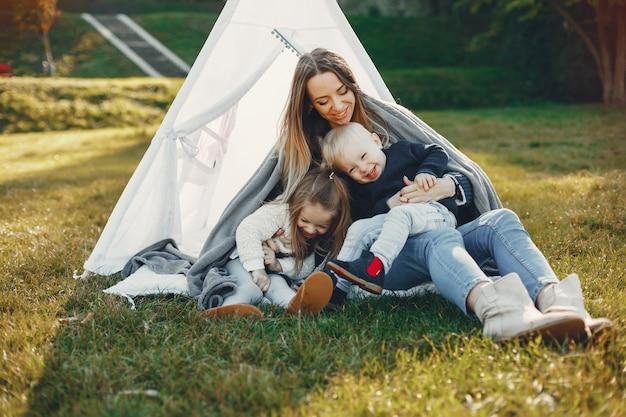 Mère avec des enfants jouant dans un parc d'été Photo gratuit