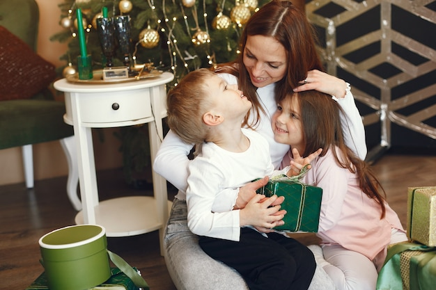 Mère Avec Des Enfants Mignons Près De L'arbre De Noël Photo gratuit