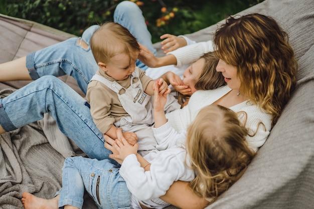 Mère avec enfants s'amusant dans un hamac. maman et enfants dans un hamac. Photo gratuit