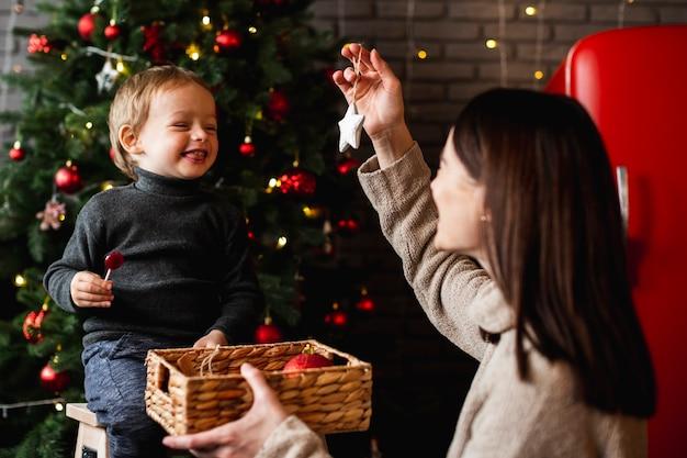 Mère Enseignant à Son Fils Comment Décorer L'arbre De Noël Photo Premium