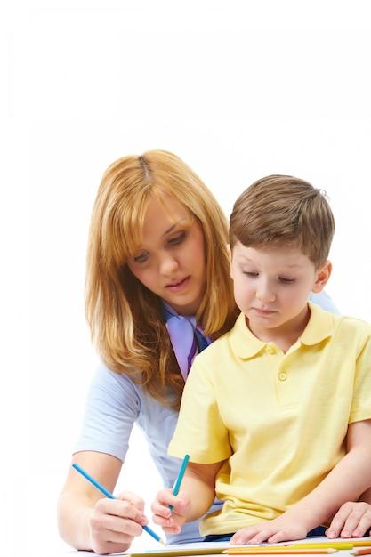 Mère enseigner son enfant à écrire Photo gratuit