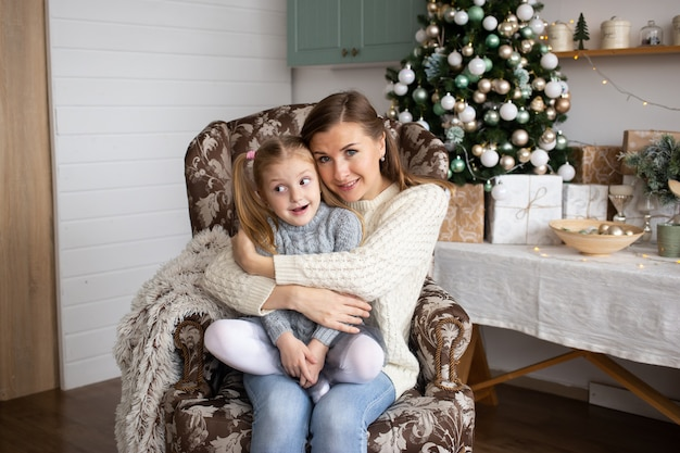 Mère, étreindre, Fille, Dans, Noël, Maison, Fond Photo Premium