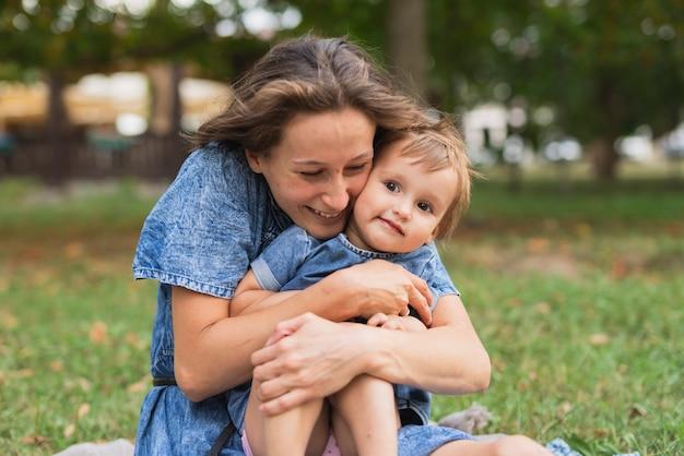 Mère, étreindre, fille, dans parc Photo gratuit
