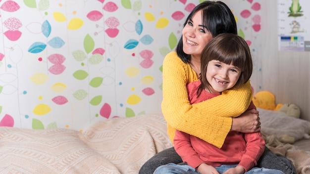 Mère, étreindre, Petite Fille, Derrière, Lit Photo gratuit