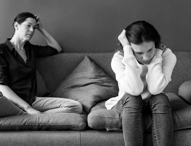 Mère et fille adolescente ayant un argument Photo gratuit