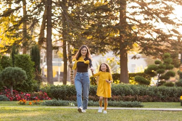 Mère Et Fille Asiatique Marchant Dans Le Parc Photo Premium