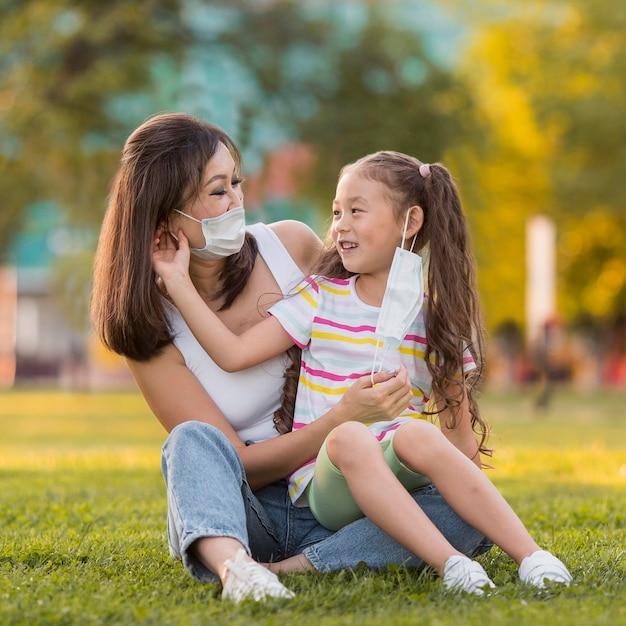 Mère Et Fille Asiatique Avec Des Masques Médicaux Photo gratuit