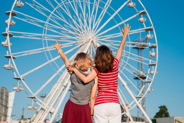 Mère Et Fille Au Parc D'attractions Photo gratuit