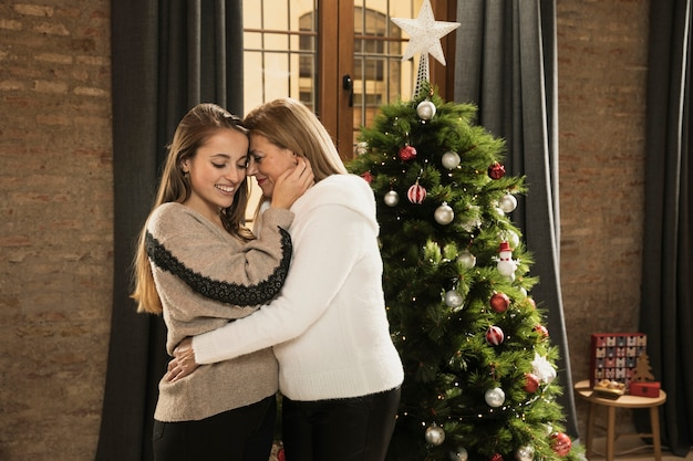 Mère et fille célèbrent noël Photo gratuit