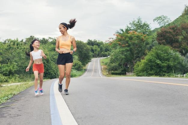 Mère et fille courir jogging en plein air Photo Premium