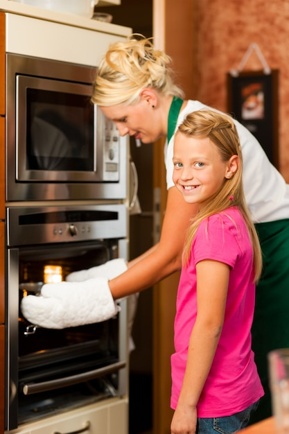 Mère et fille cuisine Photo Premium