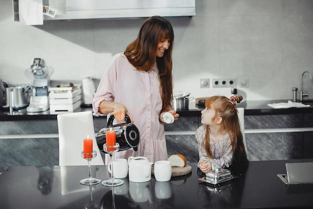 Mère avec fille dans cuisine Photo gratuit