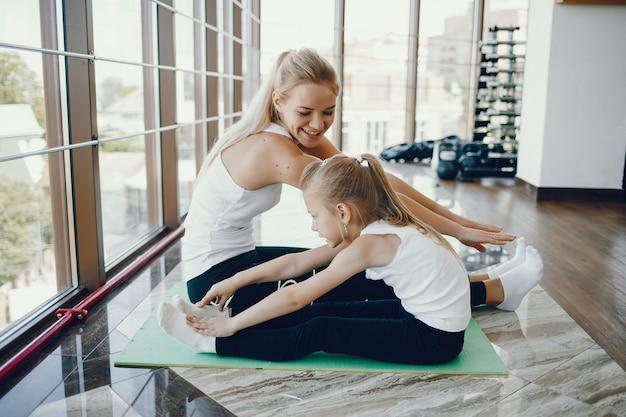 Mère avec fille dans un gymnase Photo gratuit