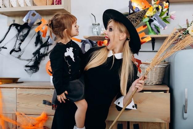 Mère et fille debout en déguisement. femme effrayante et hurlante Photo Premium
