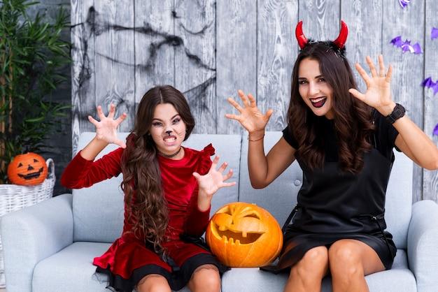 Mère et fille avec du maquillage d'halloween Photo gratuit