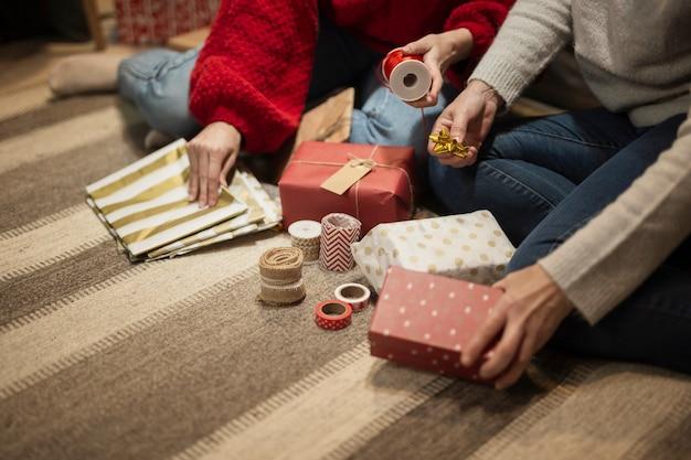 Mère et fille emballant des cadeaux Photo gratuit