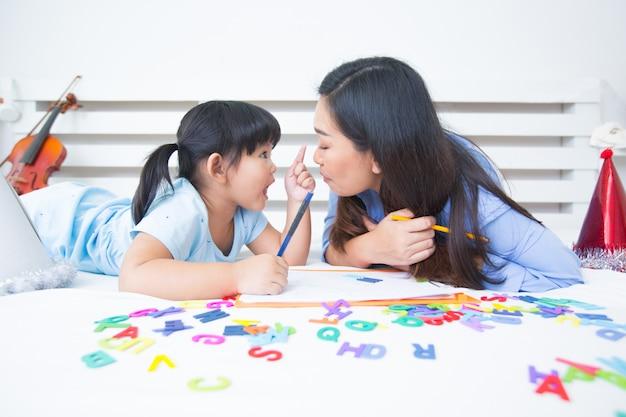 Mère et fille étudient l'alphabet Photo gratuit