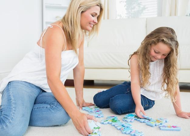 Mère et fille faisant un puzzle Photo Premium