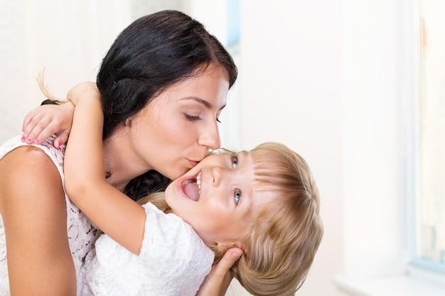 Mère et fille. famille heureuse Photo Premium