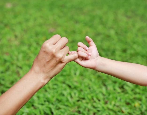 Mère et fille font une promesse de pinkie Photo Premium