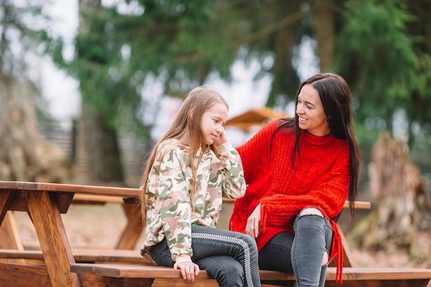 Mère Et Fille Jouant Avec Un Chien à L'extérieur Photo Premium