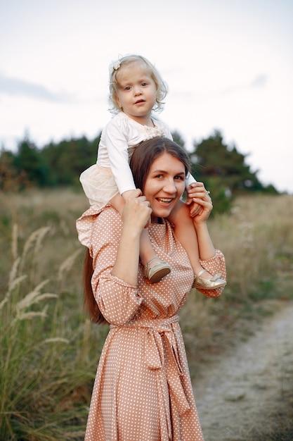 Mère Avec Fille Jouant Dans Un Champ D'automne Photo gratuit