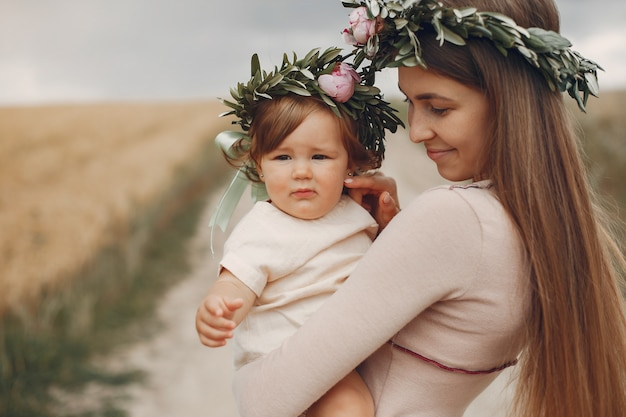 Mère avec fille jouant dans un champ d'été Photo gratuit