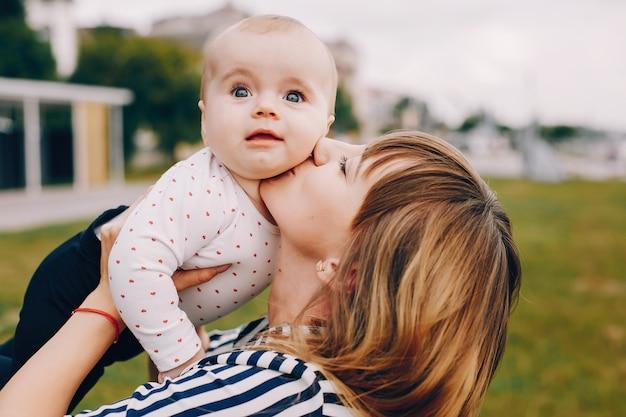 Mère avec fille jouant dans un parc d'été Photo gratuit