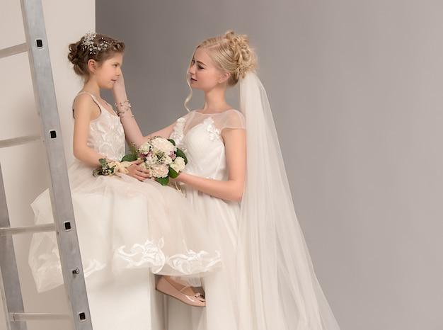 Mère Et Fille Le Jour De Son Mariage Avec Une Robe Blanche Photo gratuit